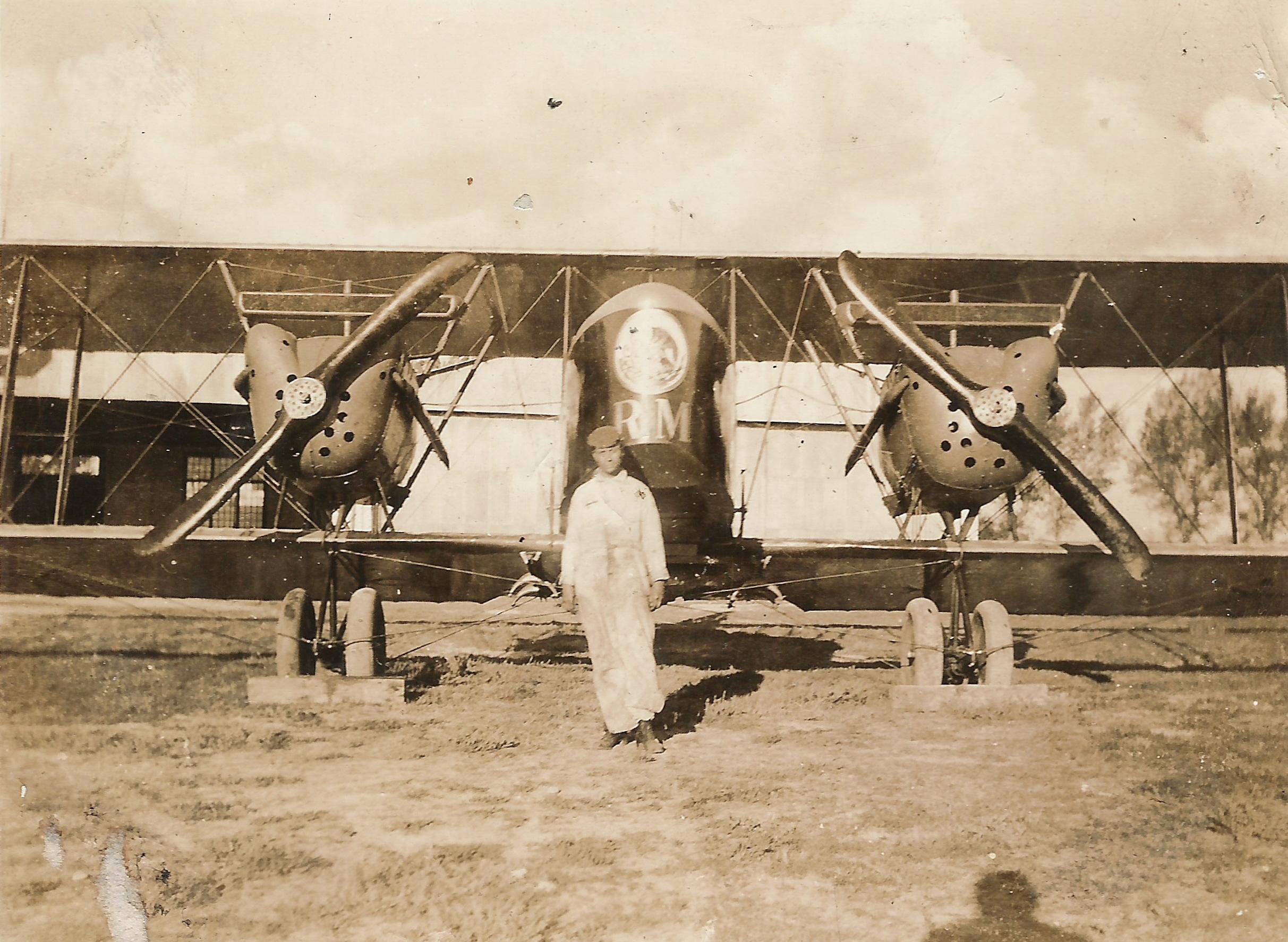 3. Aeroplano modelo Farman, al frente su profesor de mecánic