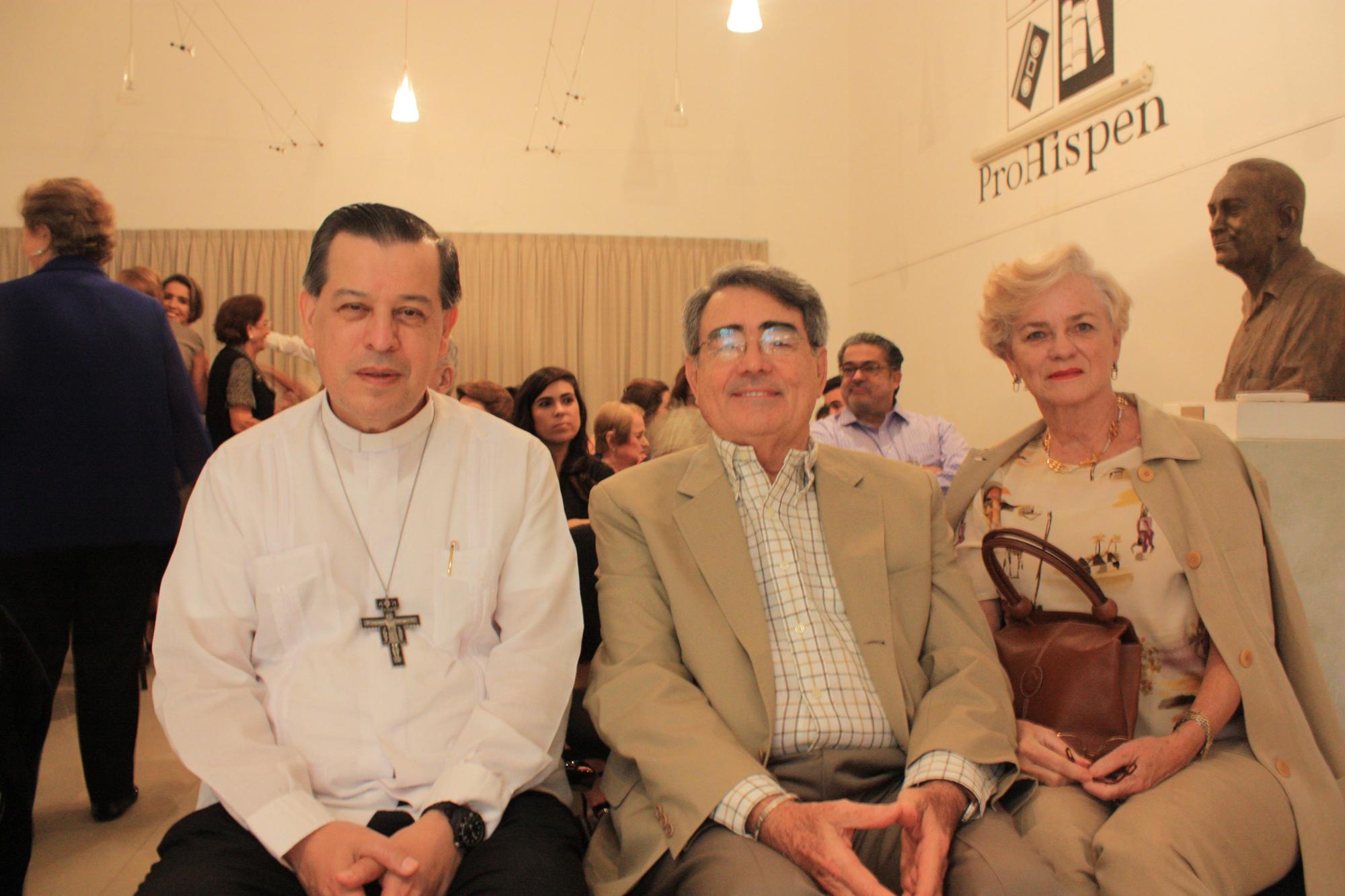 Reconocimiento Elva García Villareal con Mons. Gustavo Vega (1)