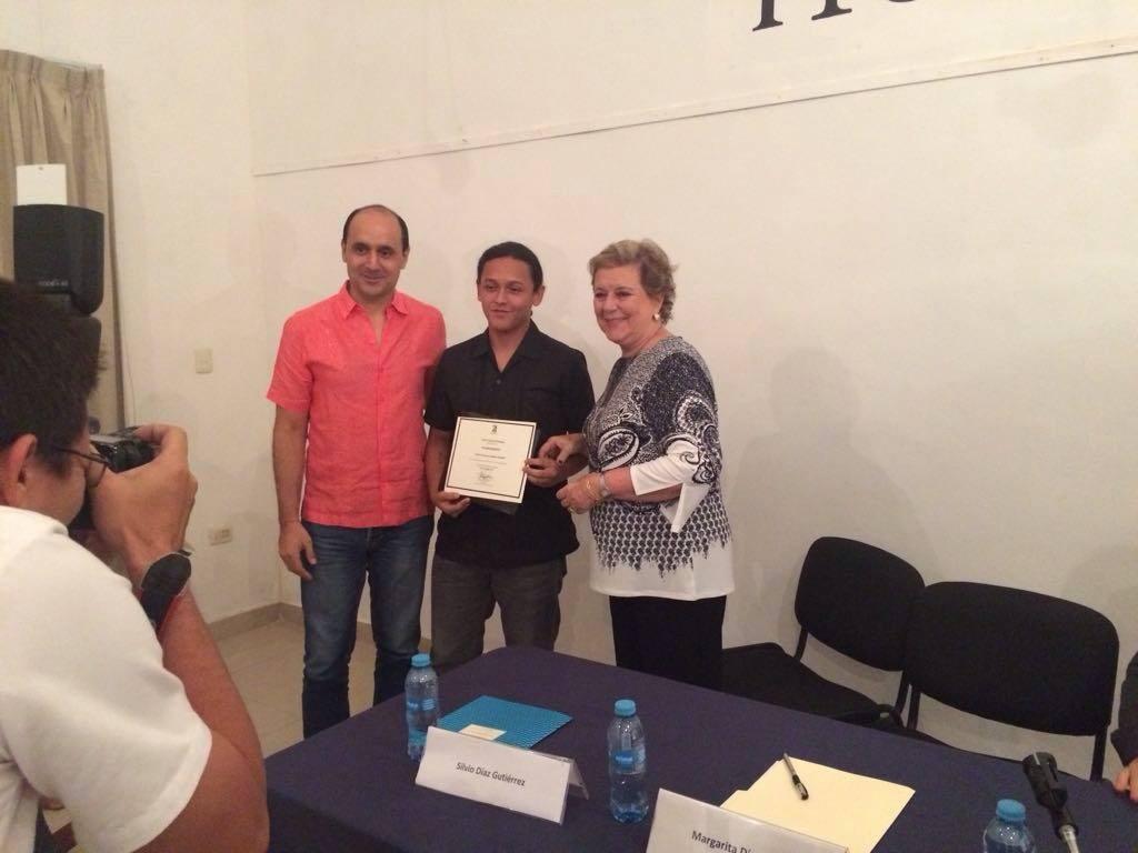 entrega premio poesía José Dias Bolio a Daniel Medina Rosado (1)